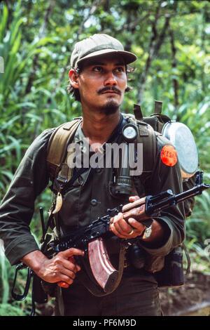 Kisan anti-Sandinista rebel Miskito Indian Contras preparing a raid across the Honduran border into Nicaragua, July 1986 - Stock Image