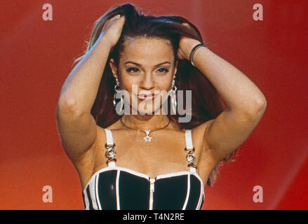 Maria Bonelli, deutsch italienische Schlagersängerin, bei einem Fernsehauftritt, Deutschland 1997. German Italian schlager singer Maria Bonelli performing on German TV, Germany 1997. - Stock Image