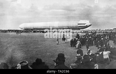 The airship Z.I is landing for the first time on the Oberwiesenfeld airfield in Munich. - Stock Image
