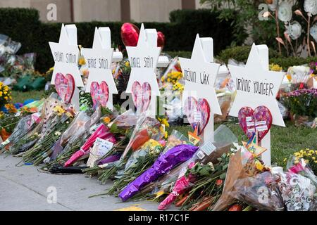 Flowers and tributes placed at the makeshift memorial to the 11 worshippers killed at the Tree of Life Synagogue October 30, 2018 in Pittsburgh, Pennsylvania. - Stock Image