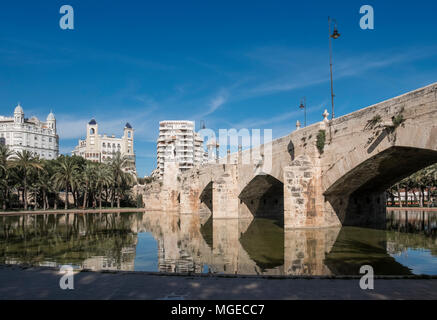 Puente Del Mar bridge in the Turia Gardens (Jardines del Turia), a 9km former riverbed running through the city centre, Valencia, Spain - Stock Image