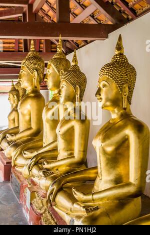 Row of Buddhas inside Wat Phra Sri Rattana Mahathat Temple, Phitsanulok, Thailand | Reihe Buddhas im Wat Phra Sri Rattana Mahathat Tempel, Phitsanulok - Stock Image