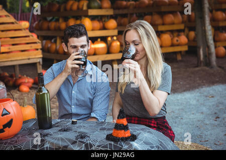 Couple having a glass of wine - Stock Image