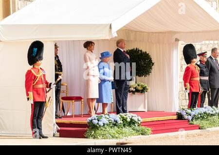 U.S First Lady Melania Trump, Her Majesty Queen Elizabeth II and President Donald Trump stand for the national anthems at Windsor Castle July 13, 2018 in Windsor, United Kingdom. - Stock Image