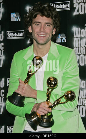 Triple award-winner Mika poses with his prizes during the 2007 World Music Awards taking place at the Sporting Club - Stock Image
