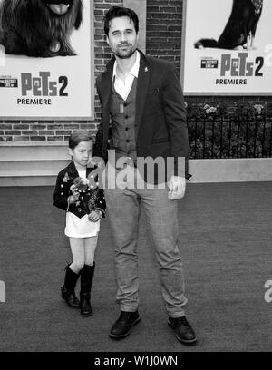 Los Angeles, CA - June 02, 2019: Brett Dalton (R) and daughter Sylvia  attend the Premiere Of Universal Pictures' 'The Secret Life Of Pets 2' held at - Stock Image