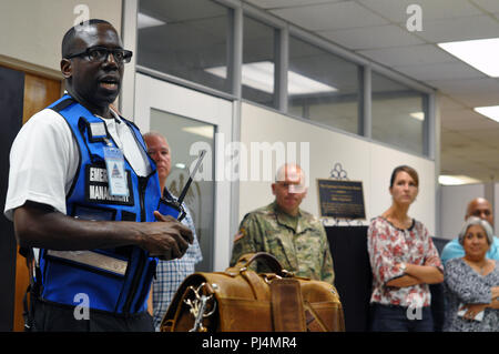 Carlton Bray, Anti-terrorism Officer, U.S. Army Medical Command Provost Marshal Office, conducts the after action discussion following an active shooter drill on August 29, 2018, at the U.S. Army Health Contracting Activity on Joint Base San Antonio. (U.S. Army Photo by Wesley Elliott, MEDCOM/OTSG) - Stock Image