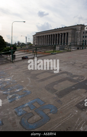 Public building in Buenos Aires viewed across a graffitied footbridge - Stock Image