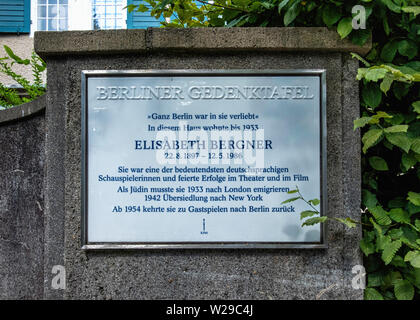 Berlin,Dahlem, Faradayweg 15. Former House of actress Elisabeth Bergner with memorail plaque on wall - Stock Image