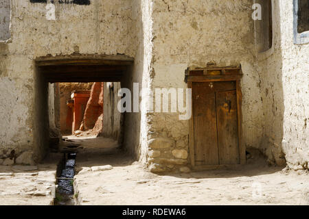 Ancient Tibetan house and passage in the fortified city of Lo Manthang, Upper Mustang region, Nepal. - Stock Image