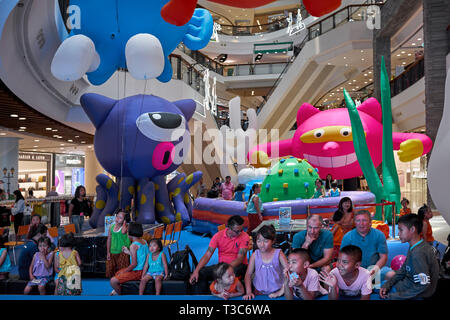 Children's Show audience of kids and parents at a Thailand shopping mall. - Stock Image