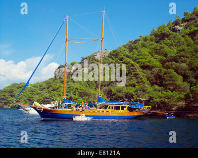 Blue Cruise gullet moored at Cleopatra's Island - Stock Image