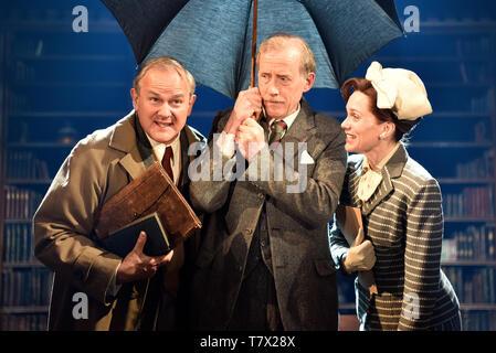 Left to right: Hugh Bonneville C.S. Lewis, Andrew Havill as Warnie, Liz White as Joy Gresham in Shadowlands by William Nicholson, Chichester Theatre - Stock Image