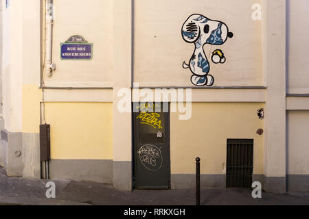 Snoopy street art on Rue Arquebusiers in Paris, France. - Stock Image