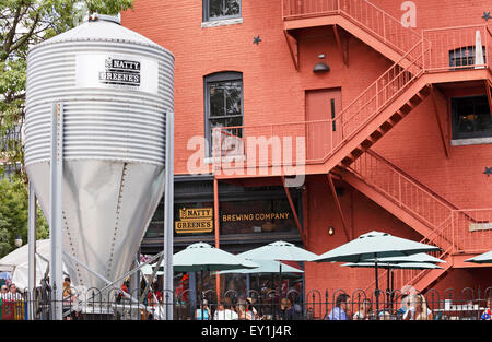 Natty Greene's Brewing Company in Greensboro, North Carolina. People eating and drinking outside. - Stock Image