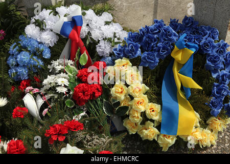 Wreathes decorated with Russian and Ukrainian national flags at the soviet war memorial in Orechov near Brno, Czech - Stock Image