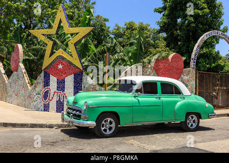 Classic car at the entrance to Fusterlandia,where Jose Rodriguez Fuster's house and Jaimanitas suburb are decorated mosaics, Havana, Cuba - Stock Image