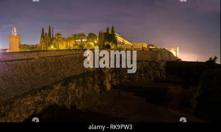 Badajoz Arabic citadel at night. East side view with Merida Door and Espantaperros Tower - Stock Image