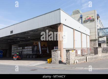 Forklift loading barrels onto trailer, Showerings cider mill, Shepton Mallet, Somerset, England, UK - Stock Image