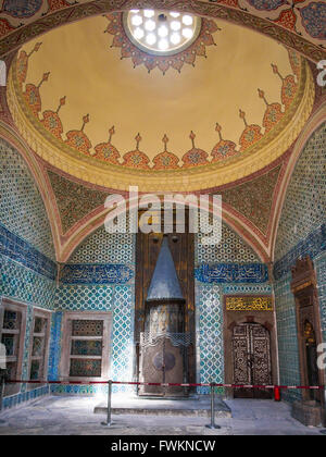 Elaborate tiled room with fireplace and domed ceiling in Topkapi Palace (Topkapı Sarayı) in Istanbul, Turkey - Stock Image