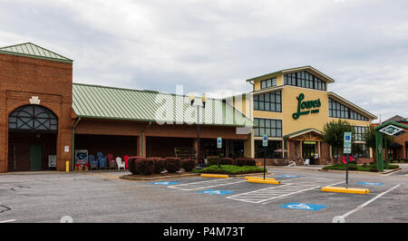 HICKORY, NC, USA-21 JUNE 18: Lowes Foods is a grocery chain basesd in Winston-Salem, N.C., which operates 80 stores throughout North and South Carolin - Stock Image