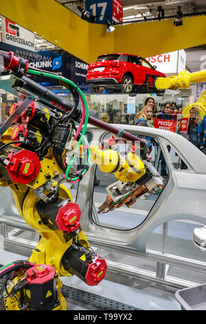 31.03.2019, Hannover, Lower Saxony, Germany - Hanover Fair, industrial robots welding and transporting cars on the Fanuc booth, here on the press high - Stock Image