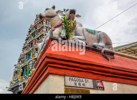 Sri Mariamman Hindu Temple with two sacred cows, Pagoda Street, Singapore - Stock Image