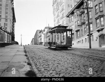 1910s SAN FRANCISCO CABLE CAR GOING UP HILL ON BRICK ROAD CALIFORNIA USA - q74176 CPC001 HARS SAN FRANCISCO TRANSIT BLACK AND WHITE CABLE CABLE CARS HAR001 OLD FASHIONED - Stock Image