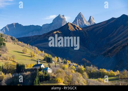France, Savoie, Albiez-Montrond, church of the hamlet of Montrond, in the background the Aiguilles d'Arves - Stock Image