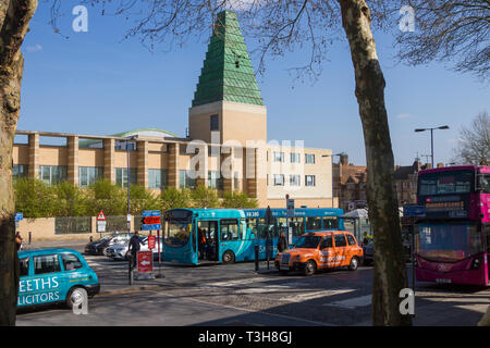 The Ziggurat of Said Business School seen from Oxford Railway Station with busses and taxis - Stock Image
