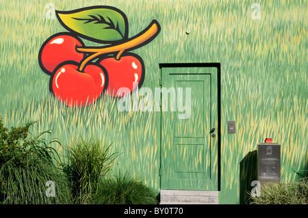 Wandmalerei an einer Hauswand; Motive Kirschen und Gras. - Mural painting on a house wall; motifs cherries and grass. - Stock Image