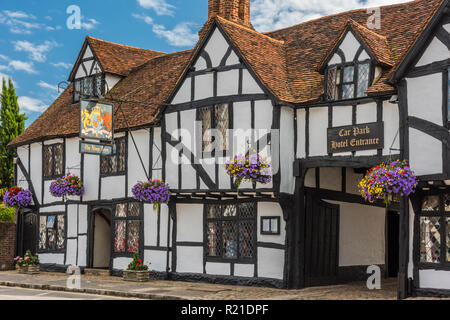 The timber-framed Kings Arms Hotel in Old Amersham, Buckinghamshire, England - Stock Image