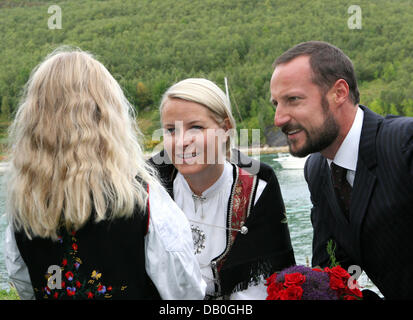 Princess Mette-Marit and Crown Prince Haakon talk to a child in Skorpa, Norway, 26 August 2007. The royal couple - Stock Image