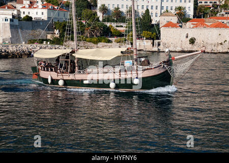 A tourist boat sails into marina in Old City, Dubrovnik - Stock Image
