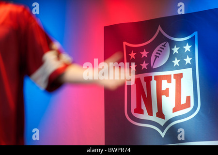 The emcee gesiculates on stage during the NFL rally at Trafalgar Square, London on October 30, 2010, in preparation - Stock Image