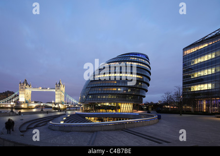 England, London. London City Hall and Tower Bridge at the River Thames. - Stock Image