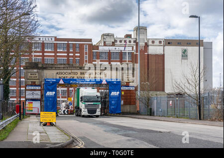 Lorry passing through Dock Gate 10, one of the entrances to the ABP Southampton with the Solent Flour Mill in the background in 2019, England, UK - Stock Image