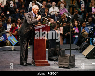 Chicago, Illinois, USA. 4th November 2018. Former President Barack Obama addresses the crowd at today's rally. The rally at UIC was a final push preceding the upcoming midterm general election this Tuesday, which many expect will be a wave election in favor of the Democrats. Credit: Todd Bannor/Alamy Live News - Stock Image