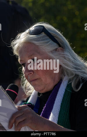 London, UK. 10th October 2018. A woman speaks at the Shoulder to Shoulder rally in Hyde Park by groups campaigning for women born in the 1950s to regain the pensions stolen from them under successive governments, including The Waspi Campaign (Women Against State Pension Inequality),  Back to 60, We Paid In, You Pay Out and others. Credit: Peter Marshall/Alamy Live News - Stock Image