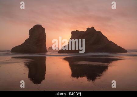 USA, Oregon, Bandon Beach. Sunset on Bandon Beach at low tide. Credit as: Don Grall / Jaynes Gallery / DanitaDelimont. com - Stock Image