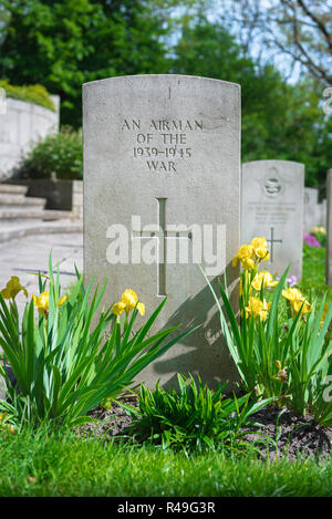 British Commonwealth war grave, view of a well tended headstone of an unknown Allied airman who died in WW2, Poznan (Posen) Garrison Cemetery, Poland. - Stock Image