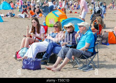 Ayrshire, Scotland. 19th Apr 2019. UK Weather: With the forecasted warm weather, thousands of people travelled to Troon beach, Ayrshire to enjoy the start of the Easter break. The warm weather is expected to continue over the Easter holiday and it is anticipated that the beach will be busy all weekend. Credit: Findlay/Alamy Live News - Stock Image