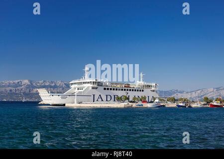 Fähre im Hafen von Supetar, Insel Brac, Dalmatien, Kroatien - Stock Image