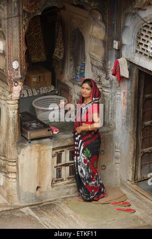 Indian woman in her kitchen. Mandawa, Shekawati region, Rajasthan India - Stock Image