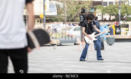 Kanada, British Columbia, Vancouver, Stra√üenmusiker mit E-Gitarre - Stock Image