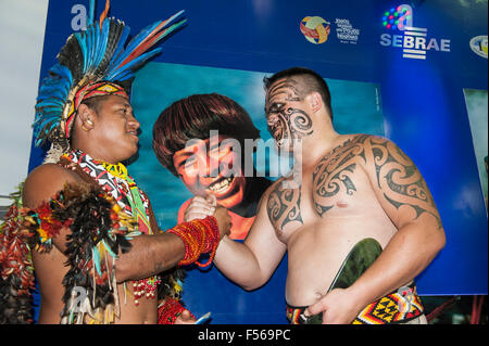 Palmas, Brazil. 27th Oct, 2015. Maori delegate Earl greets a Brazilian Pataxo delegate at the International Indigenous - Stock Image