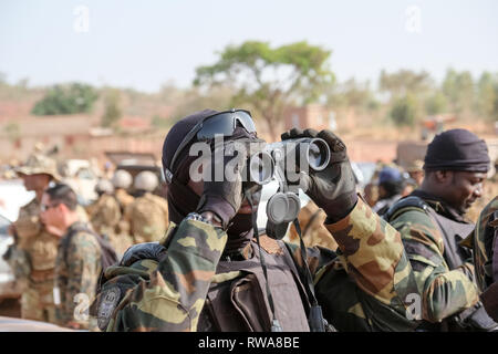 A member of Cameroon's elite Rapid Intervention Battalion (BIR)  prepares to conduct a mock counter-terrorist raid near Bobo-Dioulasso as part of the  - Stock Image
