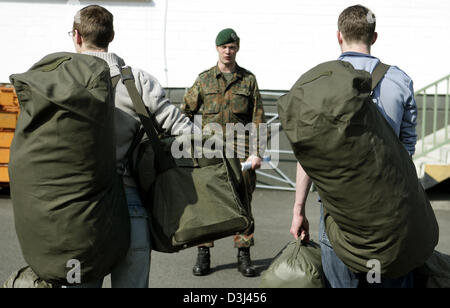 (dpa) - Conscripts still in civilian dress carry their new uniforms in green bags and report to their instructor: - Stock Image