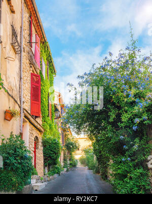 Picturesque colourful small alleyway in Antibes, Cote d'Azur, France. - Stock Image