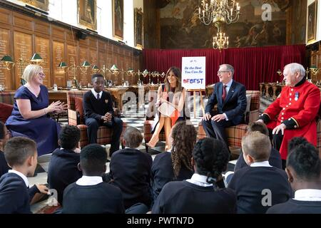 U.S First Lady Melania Trump and Philip May, husband of British Prime Minister Theresa May, holds a discussion with young school children during a visit to the Royal Hospital Chelsea July 13, 2018 in London, United Kingdom. - Stock Image